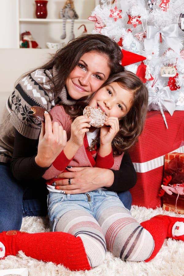 Moeder met haar kind bij Kerstmis stock foto's