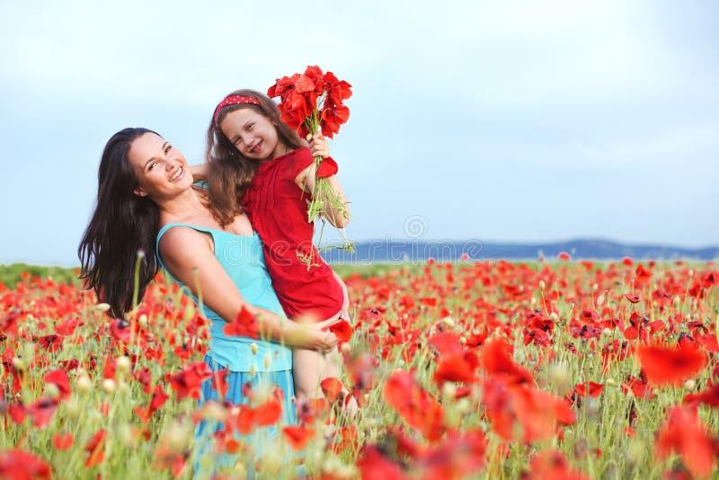 Moeder met haar kind op de lentegebied royalty-vrije stock foto's