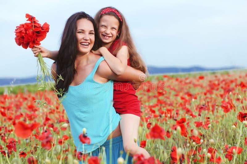 Moeder met haar kind op de lentegebied stock afbeeldingen
