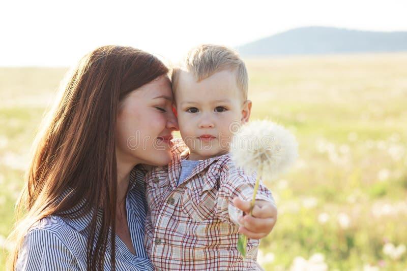 Moeder met haar kind in zonlicht royalty-vrije stock foto's