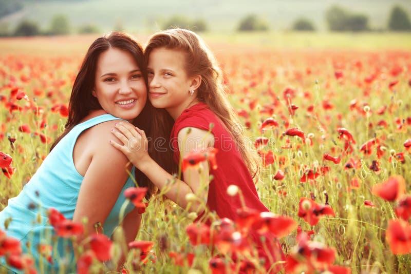 Moeder met haar kind in zonlicht royalty-vrije stock afbeelding