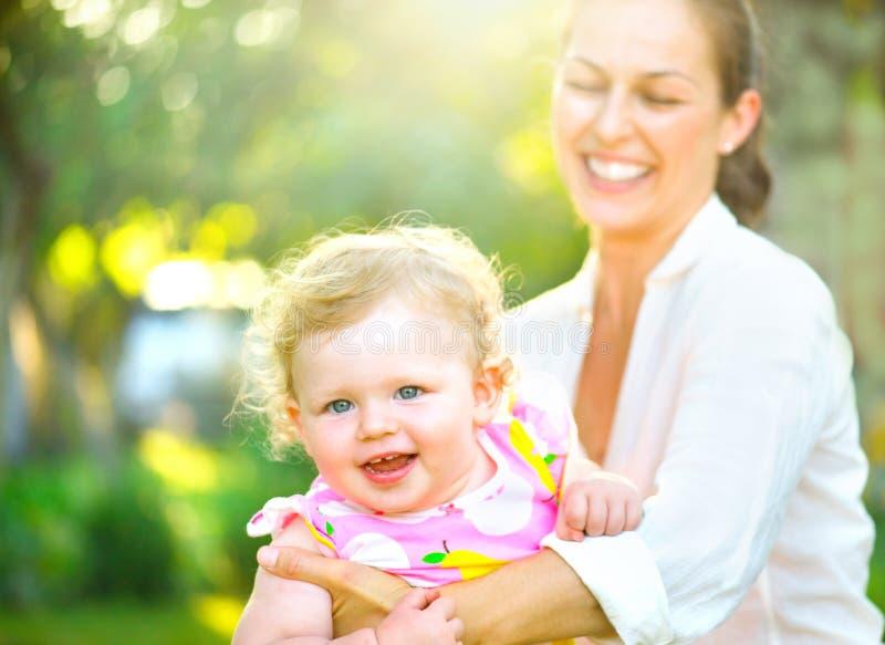 Moeder met haar weinig dochter in openlucht royalty-vrije stock fotografie