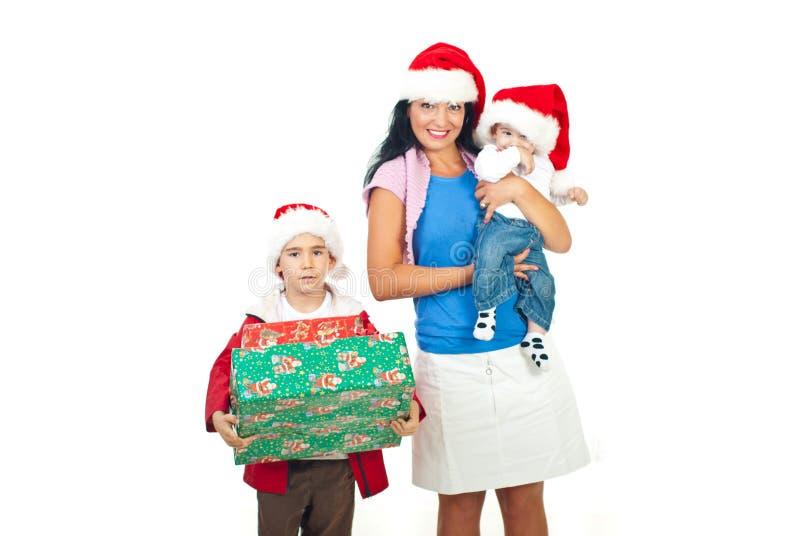 Moeder met hun zonen bij Kerstmis stock afbeeldingen