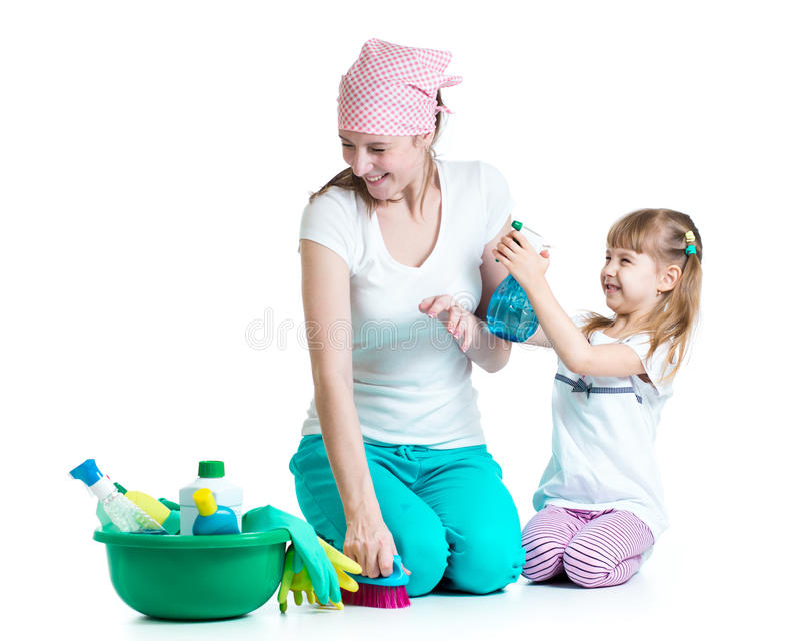 Moeder met jong geitje schoonmakende ruimte en het hebben van pret royalty-vrije stock foto