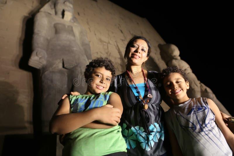 Moeder met jonge geitjes bij Luxor-Tempel bij nacht stock fotografie