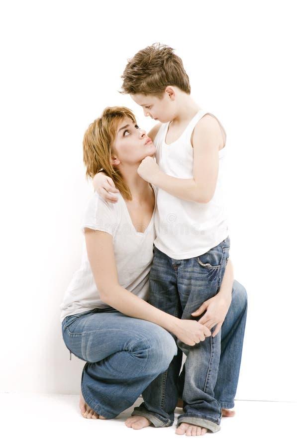 Moeder met jongen wederzijds begrip in de familie stock afbeeldingen