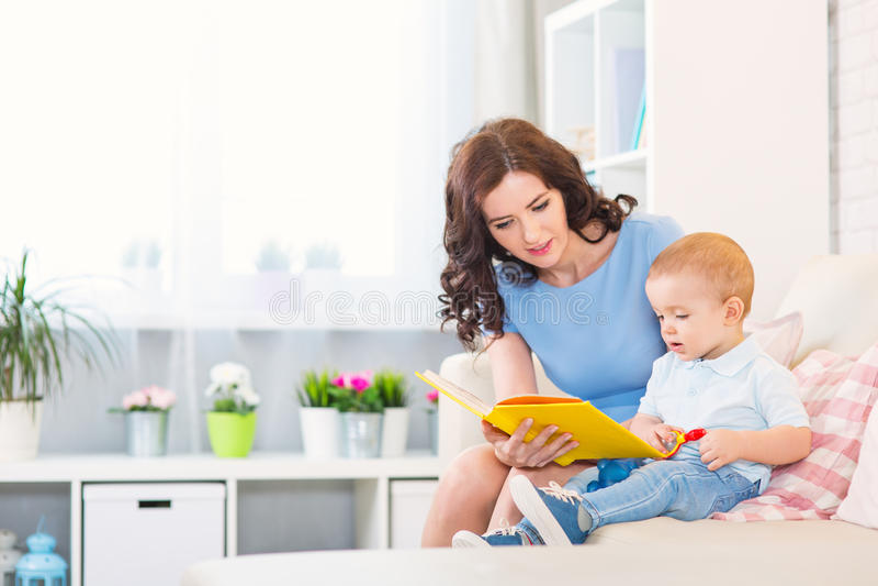 Moeder met kind het spelen in het huis royalty-vrije stock afbeelding