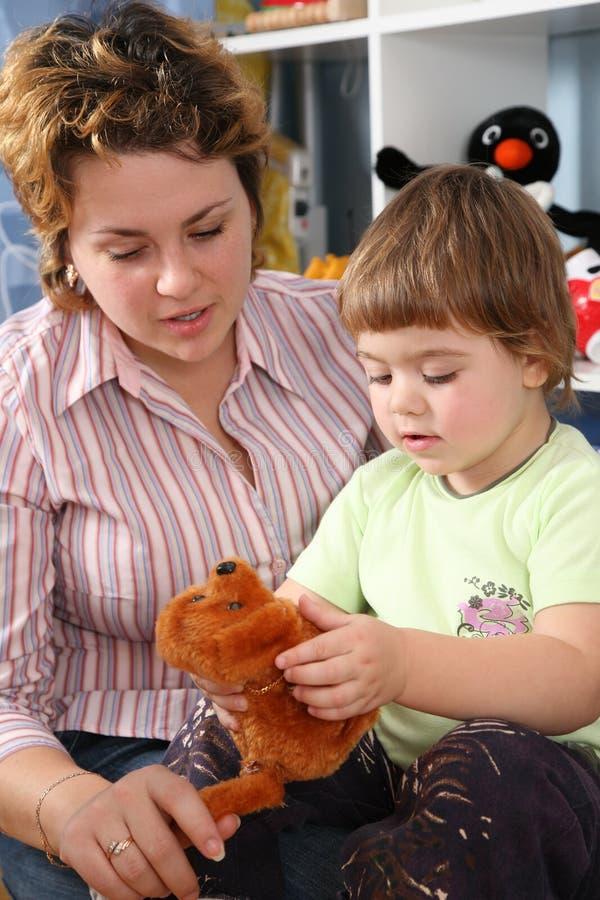 Moeder met kind met zacht stuk speelgoed royalty-vrije stock foto's