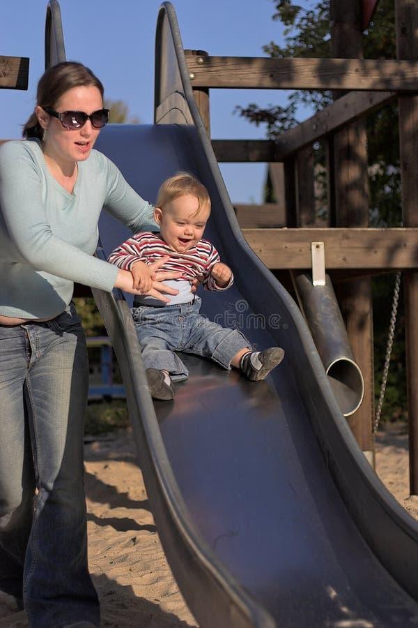 Moeder met Kind op Dia stock foto's