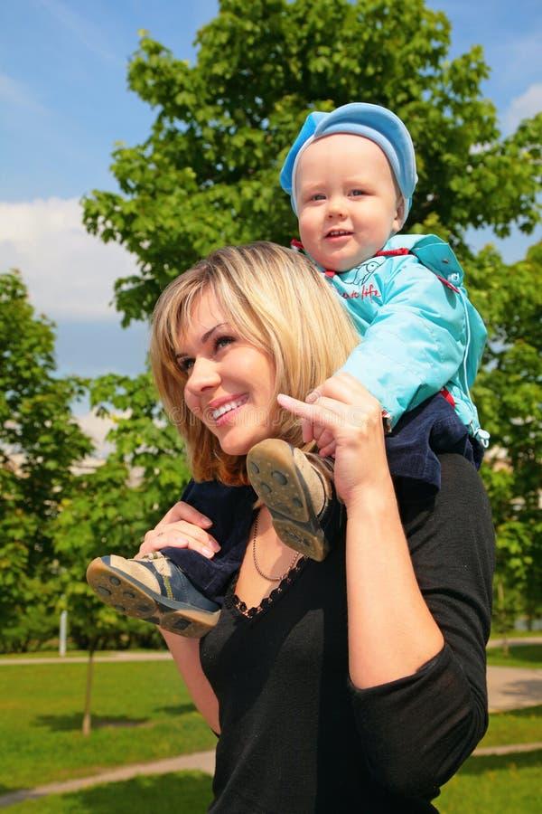 Moeder Met Kind Op Schouders Openlucht Stock Foto's