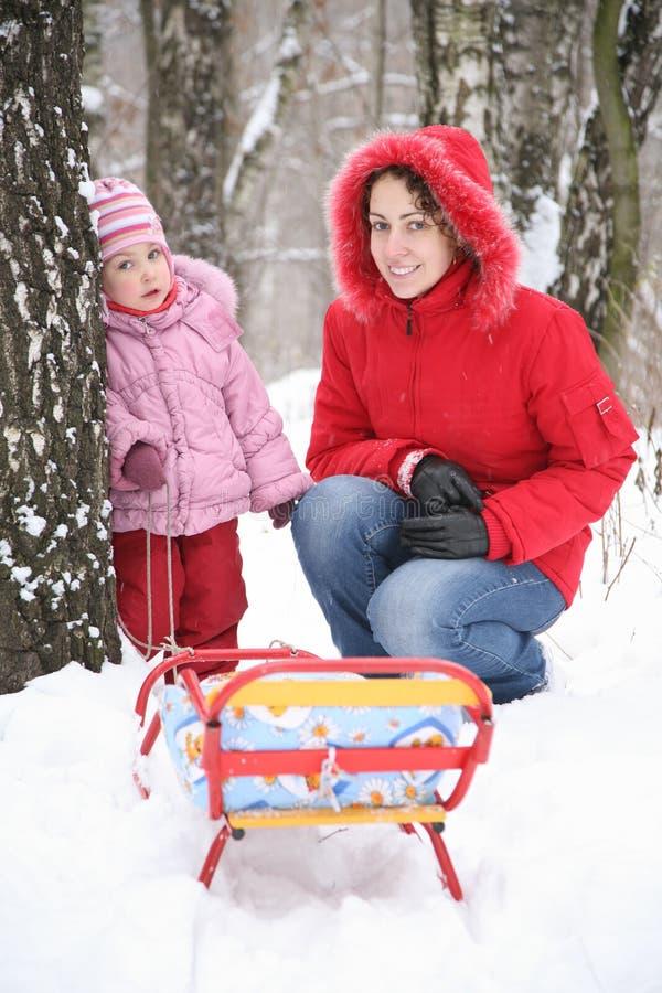 Moeder met kind in park bij de winter 2 stock fotografie