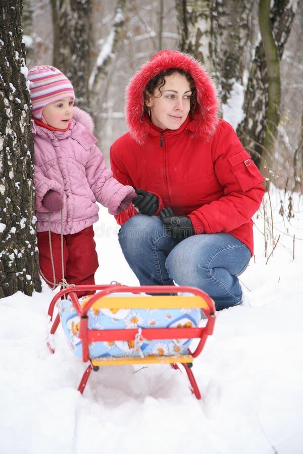 Moeder met kind in park bij de winter 3 royalty-vrije stock afbeeldingen