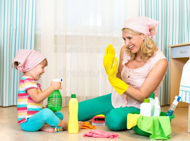 Moeder met kind schoonmakende ruimte en het hebben van pret royalty-vrije stock afbeeldingen
