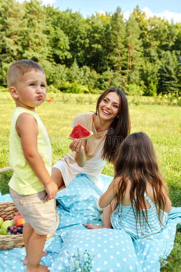Moeder met Kinderen die Pret in Park hebben Gelukkige familie in openlucht royalty-vrije stock afbeelding