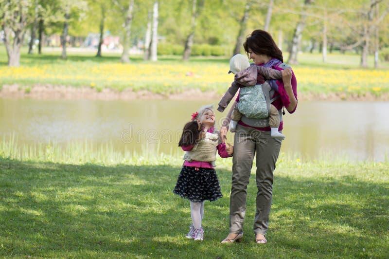 Moeder met kinderen in het park royalty-vrije stock fotografie