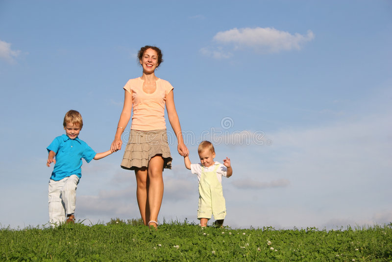 Moeder met kinderen op weide stock foto