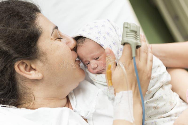 Moeder met nieuw - geboren baby royalty-vrije stock afbeelding