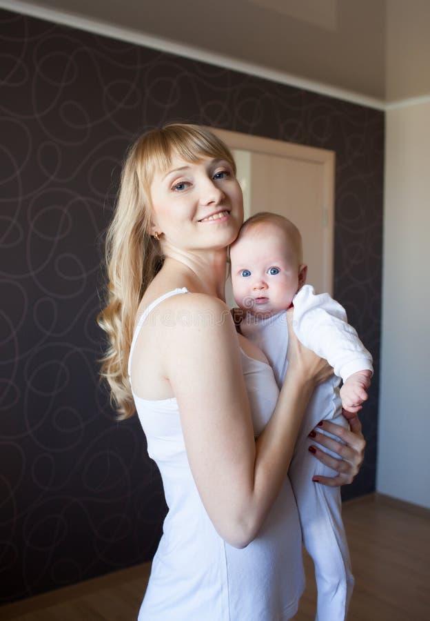 Moeder met pasgeboren zon royalty-vrije stock foto
