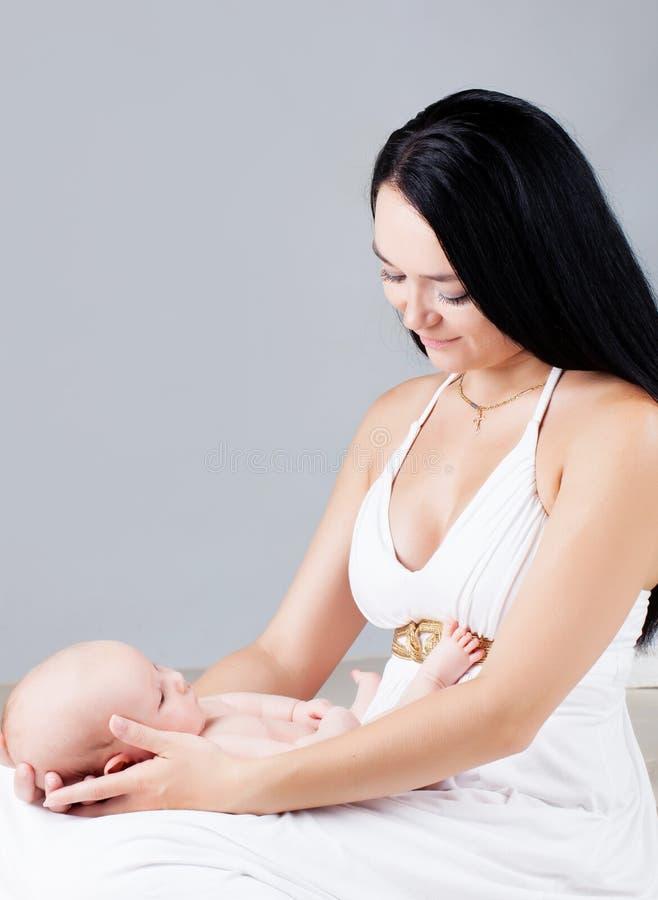 Moeder met pasgeboren zon stock foto