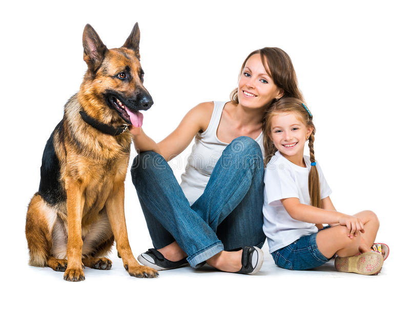 Moeder met twee kinderen en hun herder royalty-vrije stock foto's