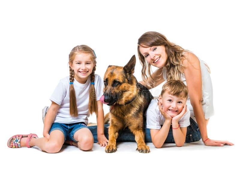 Moeder met twee kinderen en hun herder royalty-vrije stock fotografie