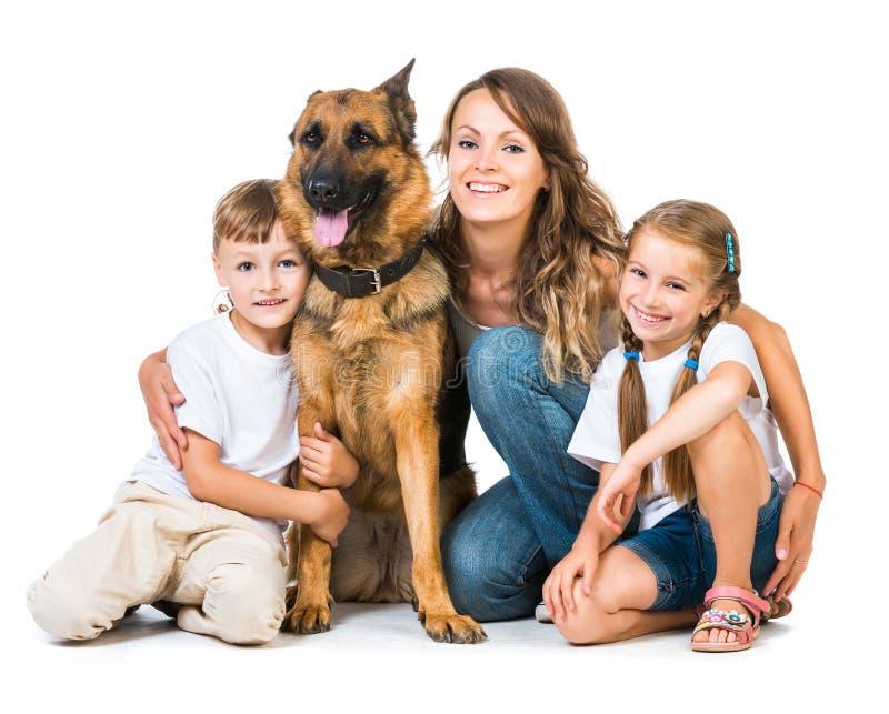 Moeder met twee kinderen en hun herder stock afbeelding