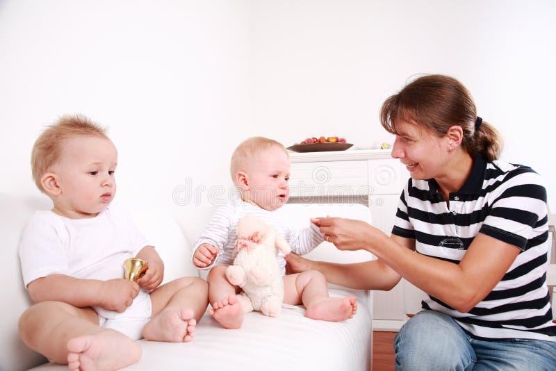 Moeder met tweelingen royalty-vrije stock afbeelding