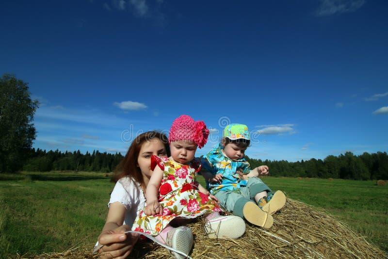 Download Moeder Met Tweelingen Op Gebied Stock Afbeelding - Afbeelding bestaande uit mooi, weide: 107707153