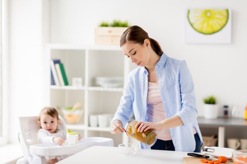Moeder met voedsel van de mixer het kokende baby thuis royalty-vrije stock afbeeldingen