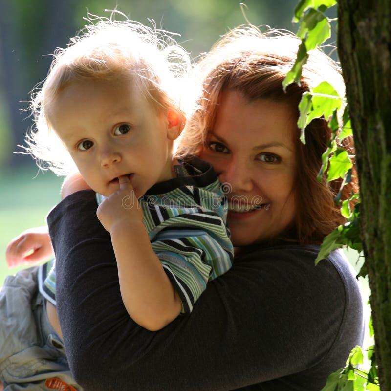 Moeder met zoon stock afbeelding