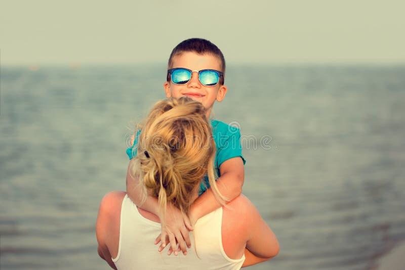 Moeder met zoon bij strand stock afbeeldingen