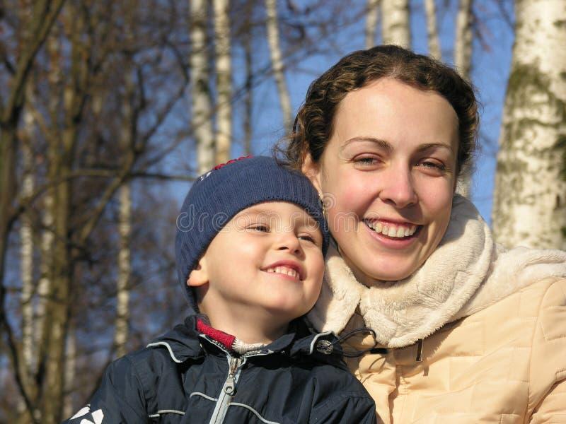 Moeder met zoon. de winter stock foto