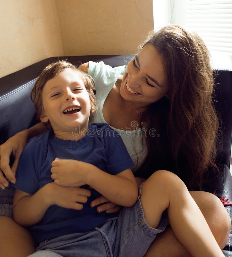 Moeder met zoon, gelukkige familie thuis stock foto