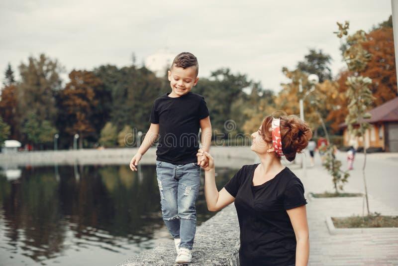 Moeder met zoon het spelen in een de zomerpark royalty-vrije stock afbeelding