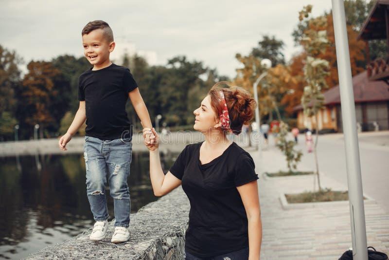 Moeder met zoon het spelen in een de zomerpark stock foto's