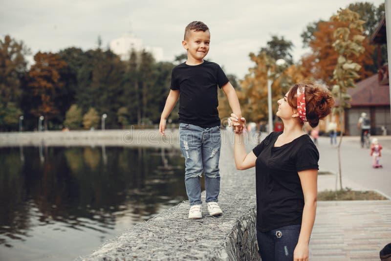 Moeder met zoon het spelen in een de zomerpark royalty-vrije stock foto's