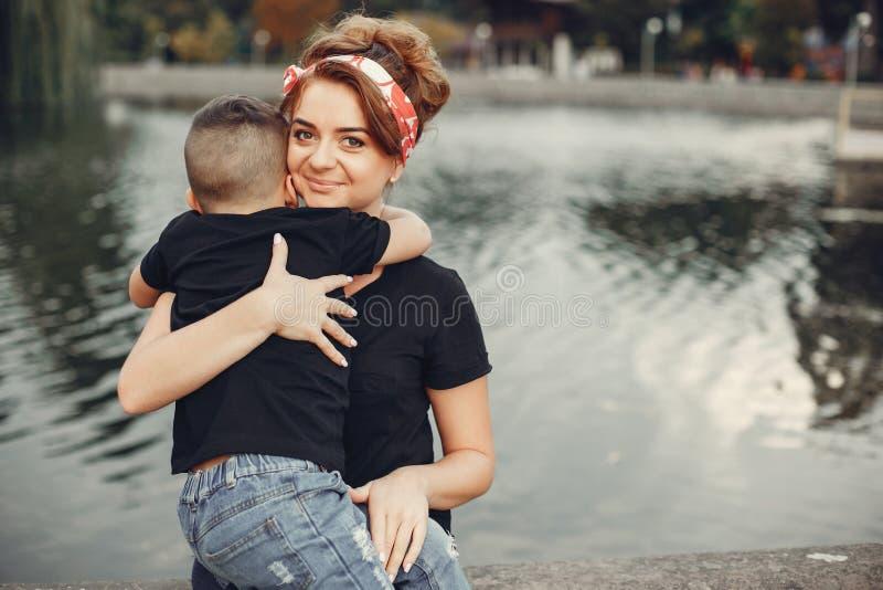 Moeder met zoon het spelen in een de zomerpark stock fotografie