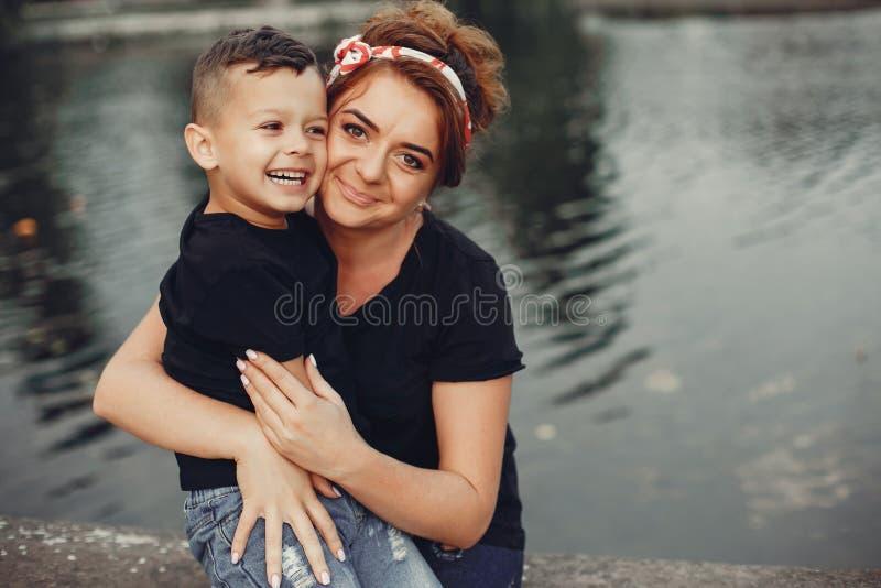 Moeder met zoon het spelen in een de zomerpark royalty-vrije stock foto