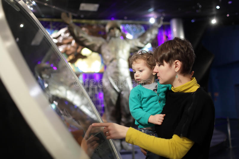 Moeder met zoon in museum royalty-vrije stock foto