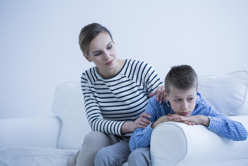 Moeder ondersteunende gedeprimeerde zoon royalty-vrije stock foto's