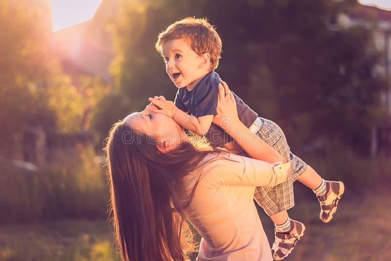Moeder opheffende zoon royalty-vrije stock foto's