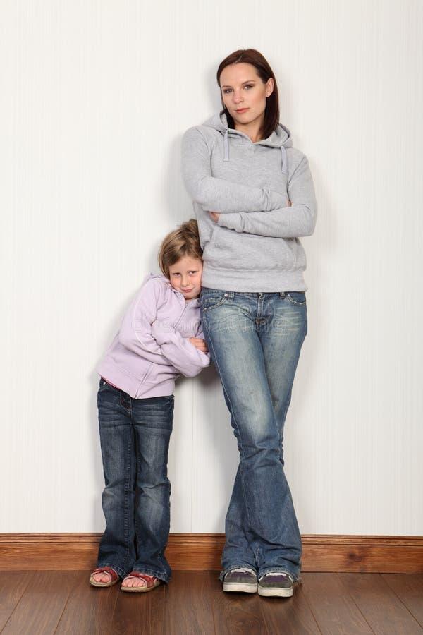 Moeder thuis met haar schuwe jonge dochter royalty-vrije stock fotografie