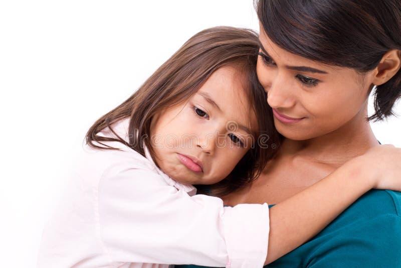 Moeder troosten, die haar dochter in ongelukkig, droevig, negatief geven stock foto