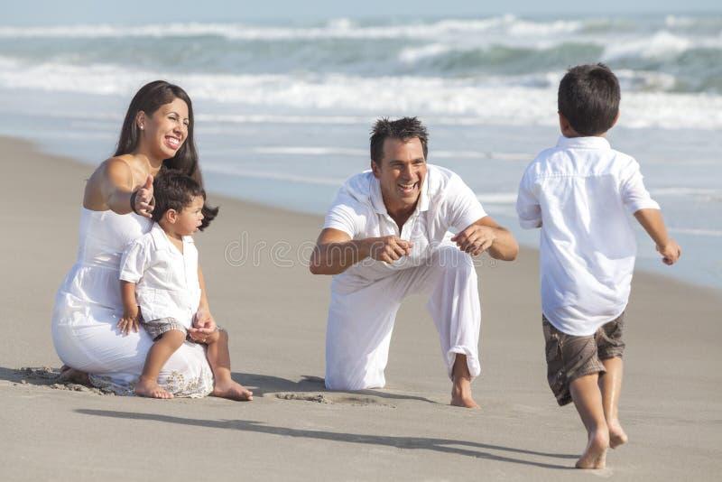 Moeder, Vader & de Spaanse Familie van Kinderen bij Strand royalty-vrije stock fotografie