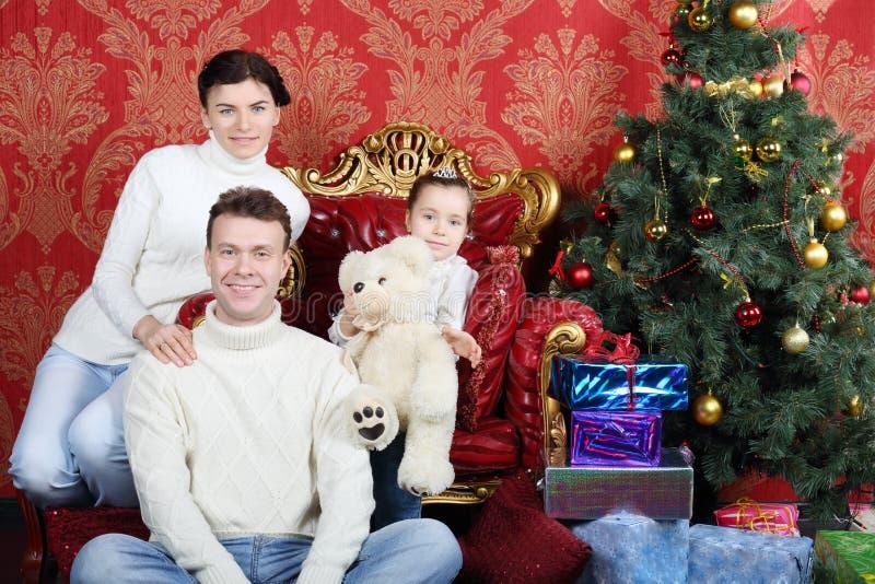Moeder, vader en daugther met teddybeer en glimlach royalty-vrije stock foto