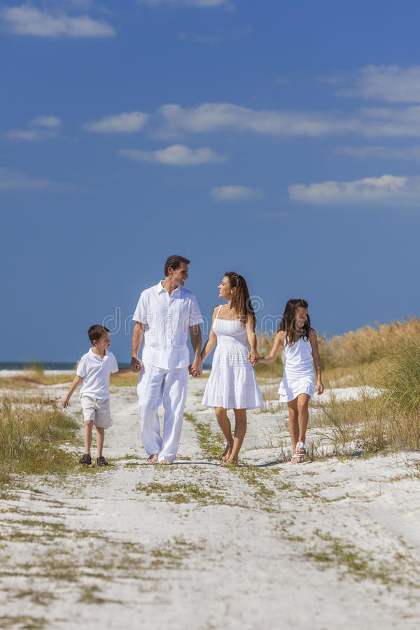 Moeder, Vader en de Familie die van Kinderen op Strand lopen stock foto