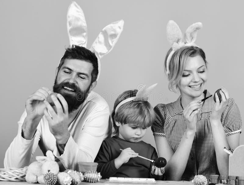 Moeder, vader en dochter die voor Pasen voorbereidingen treffen stock foto's