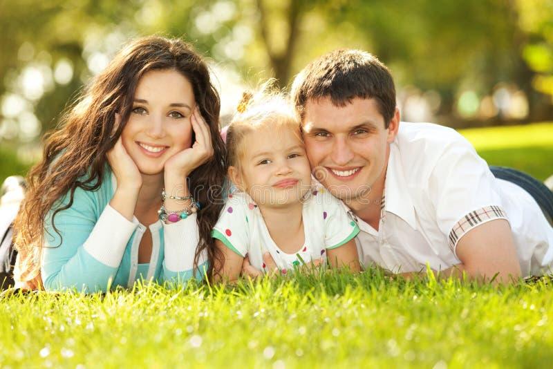 Moeder, vader en dochter in het park royalty-vrije stock foto