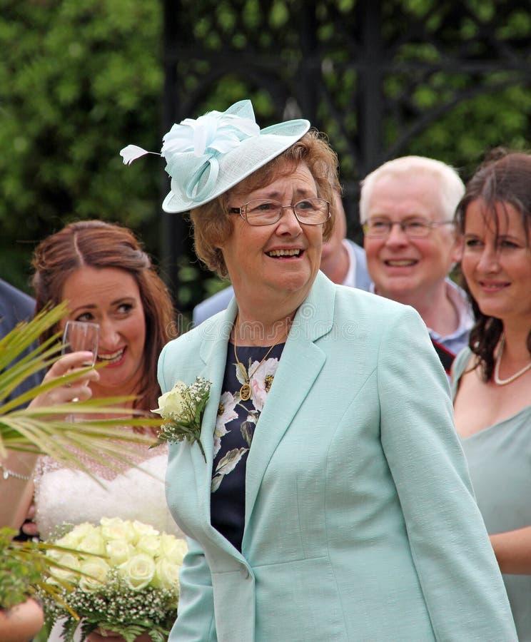 Moeder van de bruidviering bij huwelijksontvangst