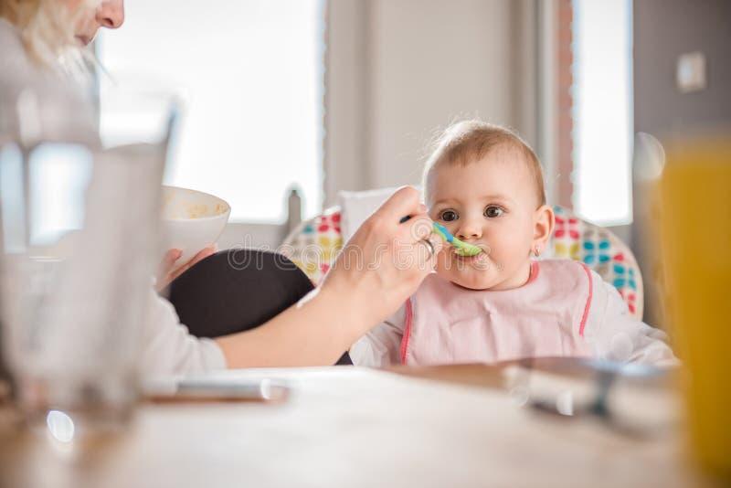 Moeder voedende baby stock fotografie